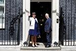 Лидер Демократической юнионистской партии Арлин Фостер и ее заместитель Найджел Доддс на Даунинг-стрит 10 перед переговорами с премьер-министром Великобритании Терезой Мэй, Лондон, 13 июня 2017 года