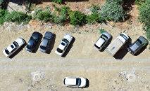Binanın həyətində park edilmiş avtomobillər