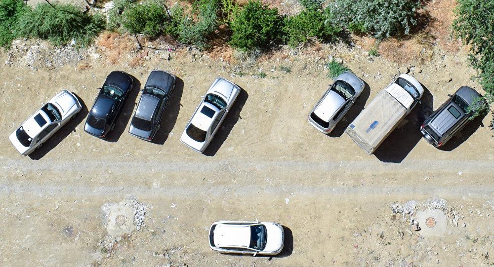 Припаркованные автомобили во дворе жилого дома в Баку