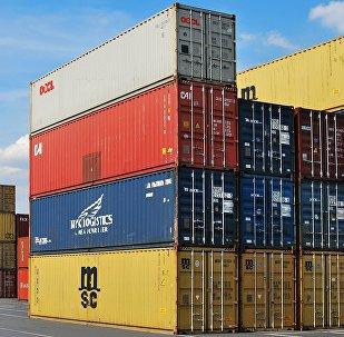 Beynəlxalq yük terminalında konteynerlər