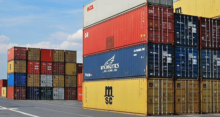 Контейнеры на международном грузовом терминале, фото из архива