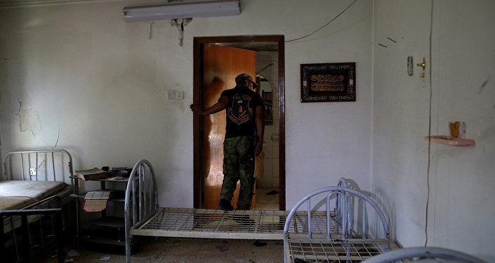 Солдат иракской армии осматривает заброшенную полевую больницу, используемую боевиками ИГ на западе Мосула, Ирак, 6 июня 2017 года