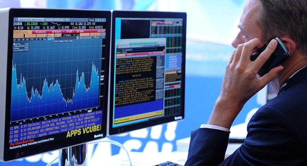 Экран, транслирующий биржевые графики и диаграммы, фото из архива