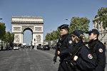 Полиция на улице Елисейские поля в Париже, фото из архива