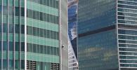 Экстремал без страховки карабкается по башне Москва-сити
