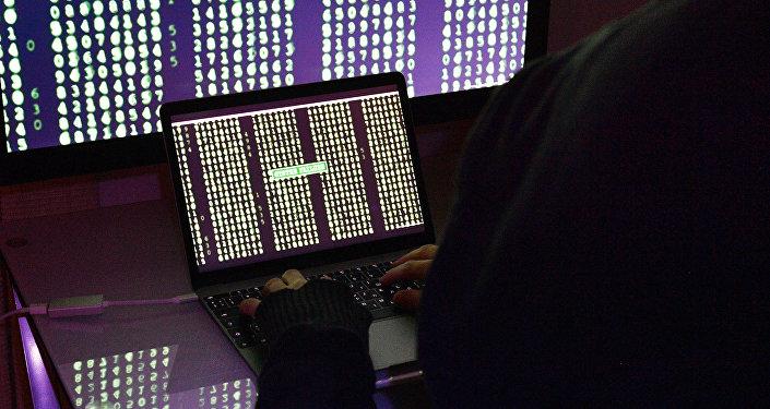 Строчки с цифрами на экранах компьютера и ноутбука