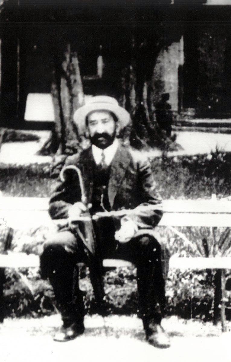 Агамуса Нагиев на своей даче в Мардакянах (ныне санаторий Абшерон), приблизительно 1917 год