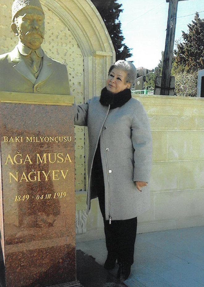 Диляра Наигева у бюста мецената над его последней могилой