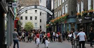 Горожане на улице Карнаби-стрит в Лондоне, фото из архива