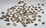 Старинные монеты, фото из архива