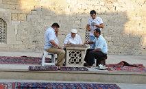 Бакинцы играют на улице в нарды