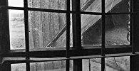 Решетка окна в старой тюрьме, фото из архива