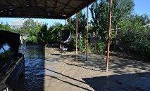 В жилмассиве Гюнешли наводнение разрушает дома и наносит ущерб посевам