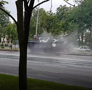 На репетиции парада в Минске танк врезался в столб