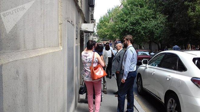 Представители посольств Украины и Израиля перед зданием суда в ожидании заседания по делу блогера Александра Лапшина