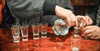 Мужчина разливает водку в пивном баре, фото из архива