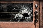 Разбитое стекло двери, фото из архива
