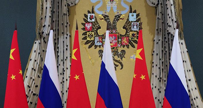 Флаги России и Китая, фото из архива