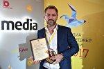 Заместитель главного редактора Sputnik Андрей Благодыренко с премией в номинации За выдающийся вклад в продвижение русскоязычного СМИ за пределами России