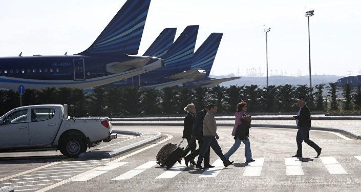 Пассажиры на территории аэропорта Гейдара Алиева в Баку