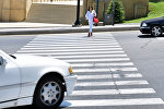Девушка на пешеходном переходе в Баку