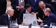 Soldan sağa: ABŞ prezidenti Donald Tramp, Kanadanın baş naziri Castin Trüdo, Türkiyənin xarici işlər naziri Mevlüt Çavuşoğlu və Türkiyə Respublikasının prezidenti Rəcəb Tayyib Ərdoğan G20 sammitində. Hamburq, Almaniya, 7 iyul 2017-ci il