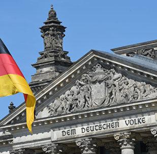 Флаг Германии перед зданием Бундестага в Берлине, фото из архива