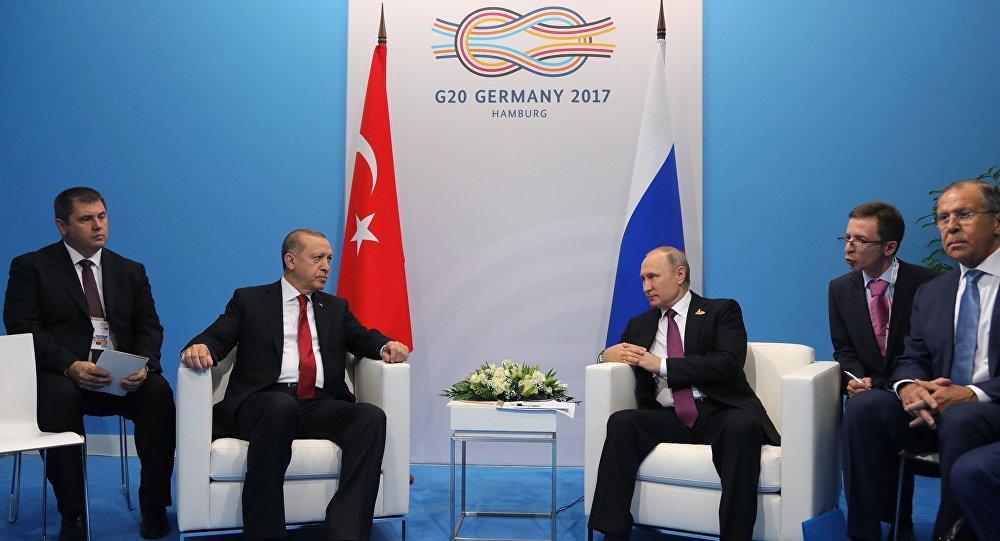 Президент РФ Владимир Путин и президент Турции Реджеп Тайип Эрдоган во время беседы на полях саммита лидеров Группы двадцати G20 в Гамбурге, 8 июля 2017 года