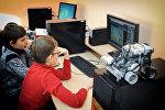 Kompyuter arxasında oturan uşaqlar