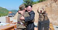 Северокорейский лидер Ким Чен Ын в Академии оборонных исследований КНДР после тестового запуска межконтинентальной баллистической ракеты Hwasong-14, 4 июля 2017 года