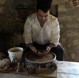 Легким движением руки галинский мастер превращает комок глины в шедевр