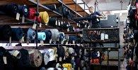 Сотрудник в производственном цехе швейной фабрики