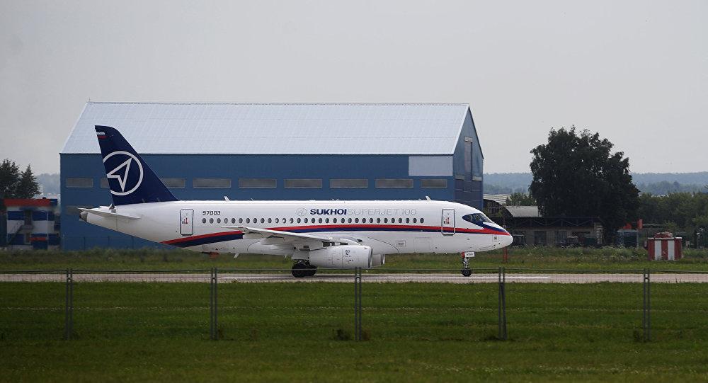 Самолет Sukhoi Superjet 100 на полигоне во время подготовки к открытию МАКС-2017 в Жуковском