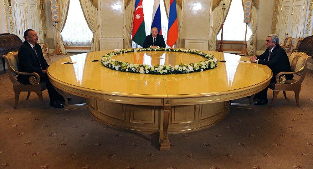 Президент России Владимир Путин президент Азербайджана Ильхам Алиев и президент Армении Серж Саргсян во время встречи в Санкт-Петербурге