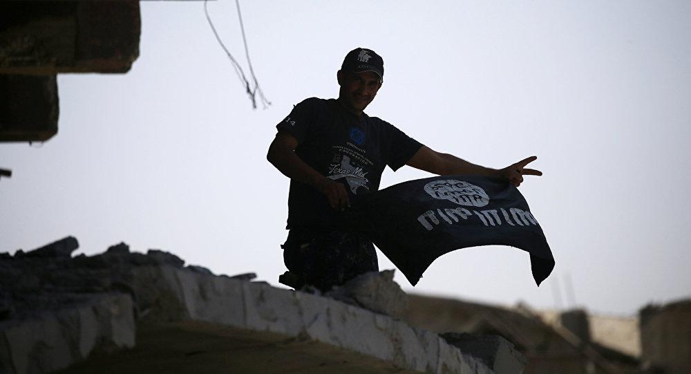 Əlində İŞİD bayrağı tutmuş adam, arxiv şəkli