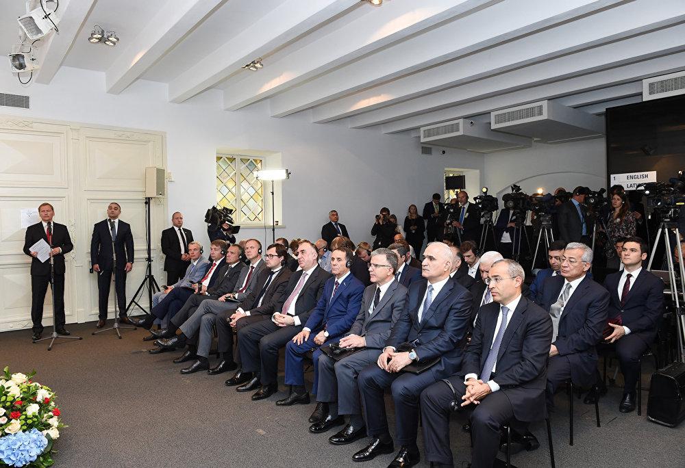 Члены латвийской и азербайджанской делегаций во время заявления для печати президентов Латвии и Азербайджана Раймондса Вейониса и Ильхама Алиева, Рига, 17 июля 2017 года