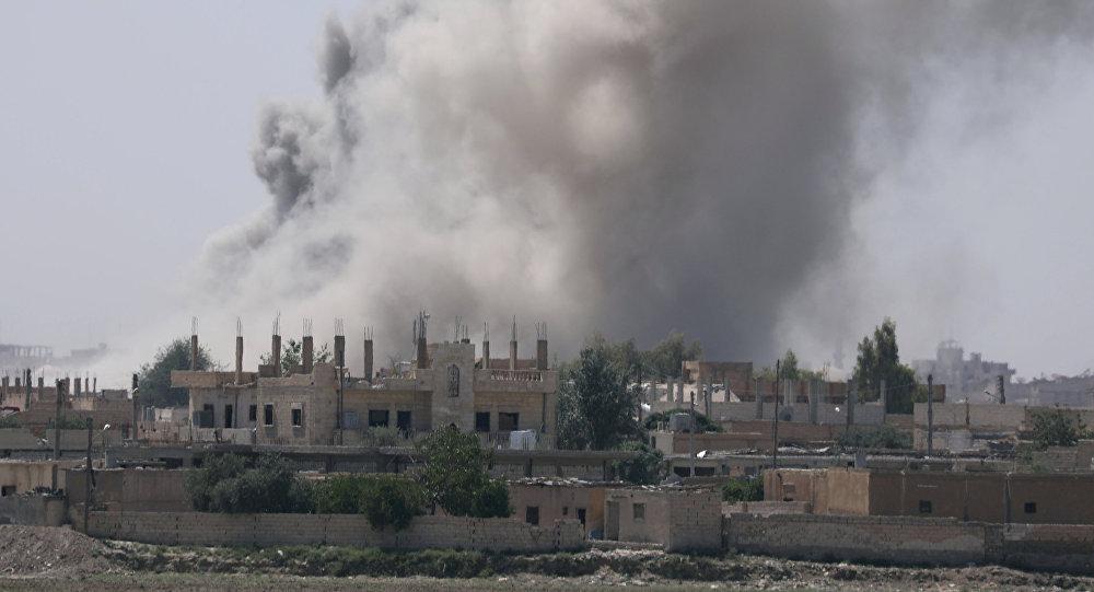 Дым над районом Аль-Мишлаб на юго-восточной окраине Ракки, Сирия