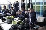 Президент РФ Владимир Путин наблюдает за демонстрационными полетами пилотажных групп во время посещения XIII Международного авиационно-космического салона МАКС-2017 в подмосковном Жуковском