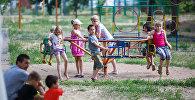 Дети играют на площадке, фото из архива