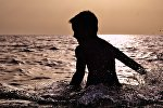 Мальчик купается в море, фото из архива