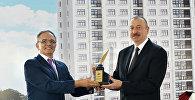 Председатель Совета прессы Афлатун Амашов вручает президенту Азербайджана Ильхаму Алиеву награду Друг журналистов, Баку, 20 июля 2017 года