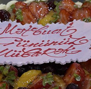 В самый сладкий день для Sputnik Азербайджан приготовили торт