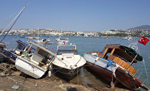 Поврежденные лодки в курортном городе Гумбет в провинции Мугла, Турция