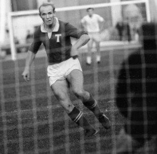 Центральный нападающий Торпедо (Москва) Эдуард Стрельцов во время футбольного матча, 1 июня 1965 года