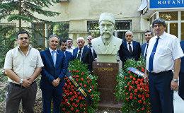 Сотрудники Sputnik Азербайджан и члены Совета прессы посетили памятник Гасан беку Зардаби