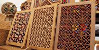 Шебеке (сетка) представляет собой сетчатые узоры из цветных стекол и деревянных брусков