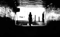 Девушка в туннеле, фото из архива
