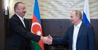 Президент РФ Владимир Путин и президент Азербайджана Ильхам Алиев (слева) во время встречи, фото из архива