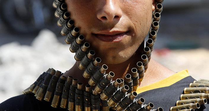 Молодой палестинец в бандольере с пулями, принадлежащий израильской армии, Газа 11 августа 2014 года, фото из архива
