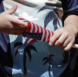 Ребенок с флагом США, фото из архива